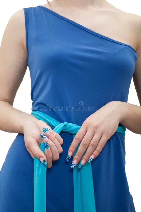 Manos de la mujer con un primer de lujo de la manicura En el fondo blanco fotos de archivo