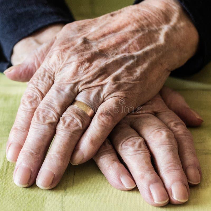 Manos de la mujer de Eldery foto de archivo