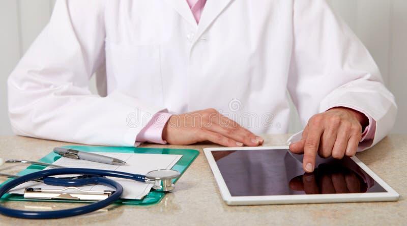 Manos de la mujer del doctor con la tableta imagen de archivo