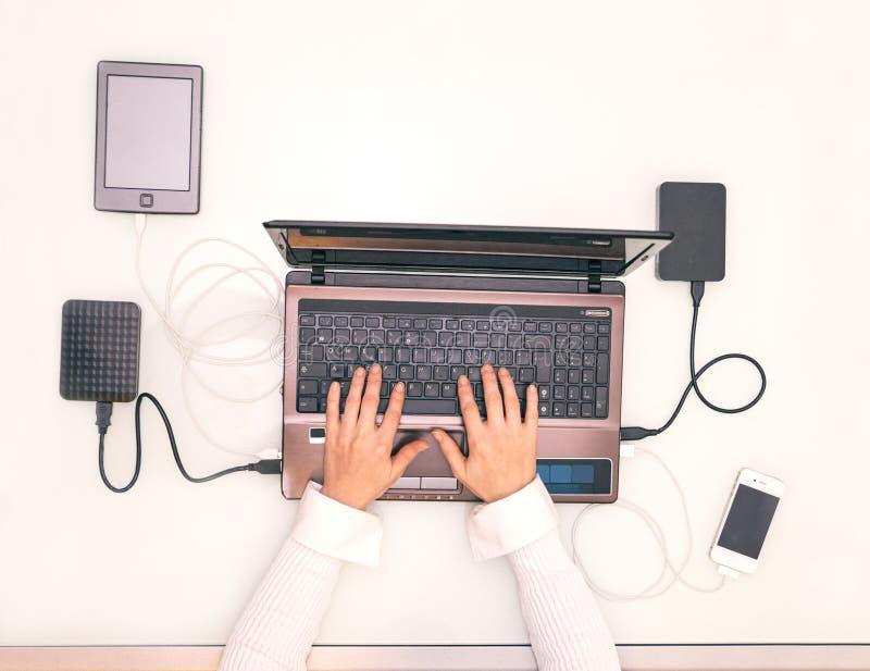 Manos de la mujer en el ordenador portátil del ordenador fotos de archivo libres de regalías