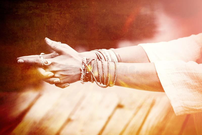 Manos de la mujer en la porción del mudra del gesto simbólico de la yoga de pulseras y foto de archivo libre de regalías
