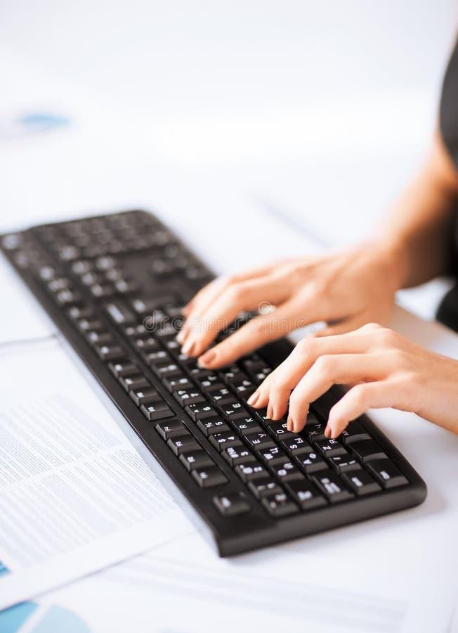 Manos de la mujer que mecanografían en el teclado fotos de archivo libres de regalías