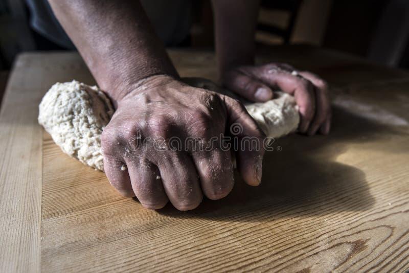 Manos de la mujer que preparan la pasta foto de archivo