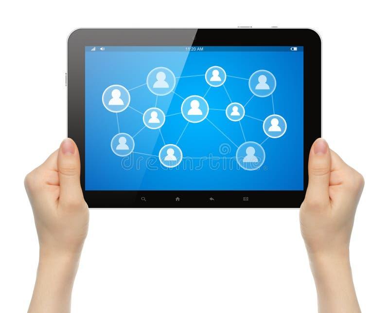 Manos de la mujer que sostienen la PC de la tableta con el medios ejemplo social foto de archivo