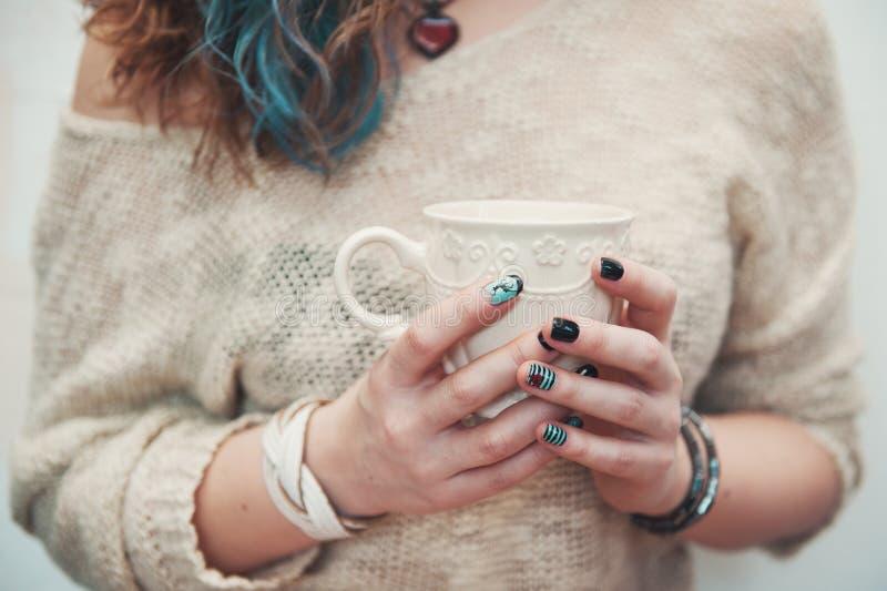 Manos de la mujer que sostienen la taza de café fotografía de archivo libre de regalías