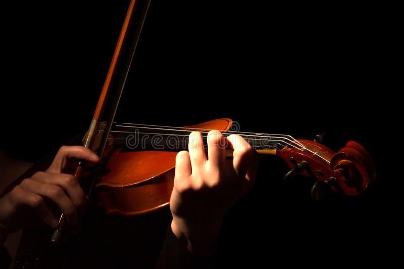 Manos de la mujer que tocan el violín aislado en negro fotografía de archivo libre de regalías