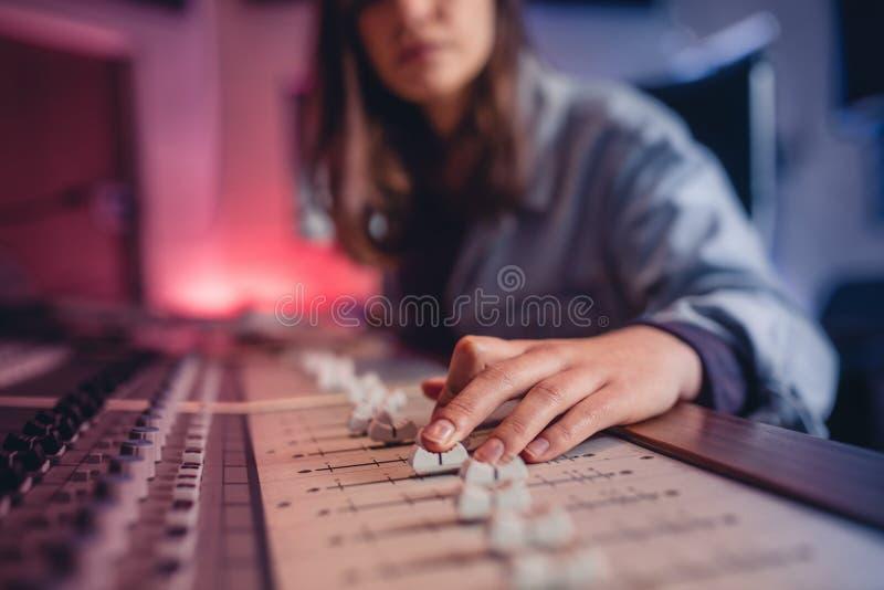 Manos de la mujer que trabajan en mezclador de la música foto de archivo libre de regalías