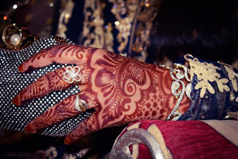 Manos de la novia con los ornamentos del heena y del oro El matrimonio indio y los pakistaníes son costosos fotos de archivo