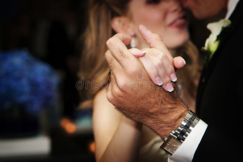 Manos de la novia y de los grroms durante la primera danza fotografía de archivo libre de regalías