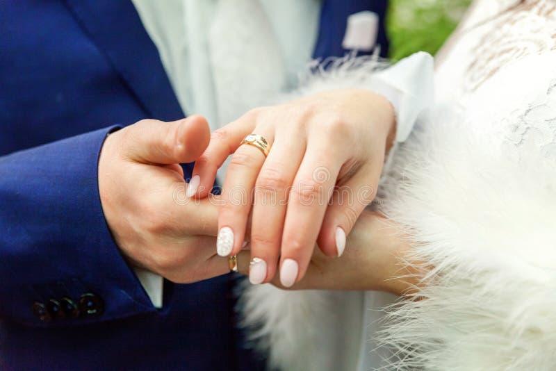 Manos de la novia y del novio fotos de archivo libres de regalías