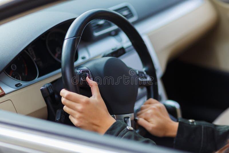 Manos de las muchachas en el volante imágenes de archivo libres de regalías