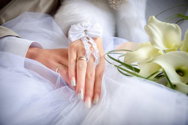 Manos de los anillos de bodas fotos de archivo