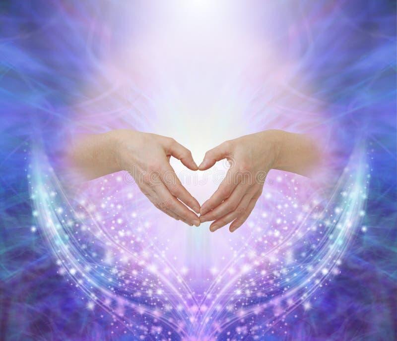 Manos de los curadores que hacen una forma humilde del coraz?n imagen de archivo libre de regalías