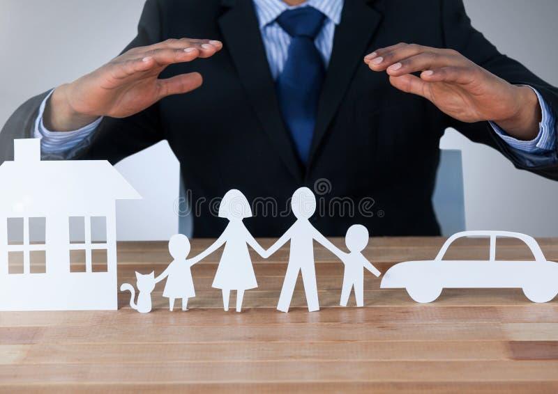 Manos de los modelos que protegen salidas del corte de la familia y del coche de la casa imagenes de archivo