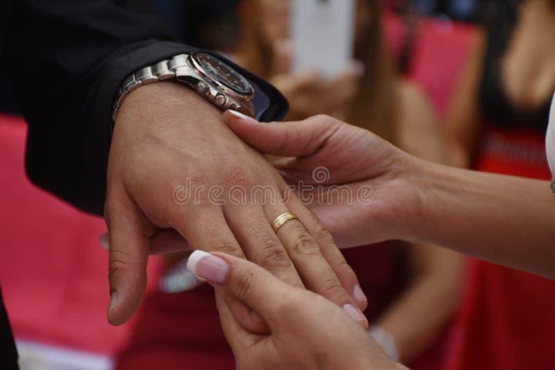 Manos de los pares con el anillo imagenes de archivo