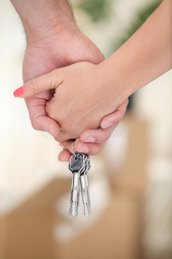 Manos de los pares con llave imagen de archivo libre de regalías