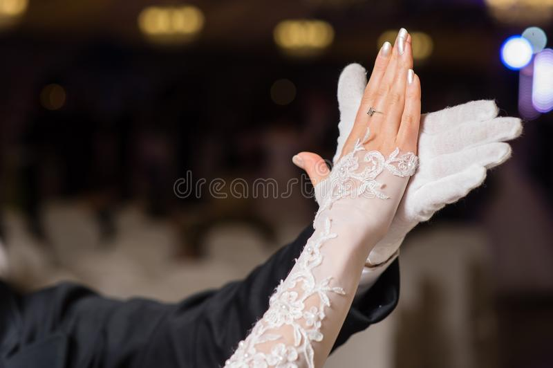 Manos de los pares del vals del baile imagen de archivo
