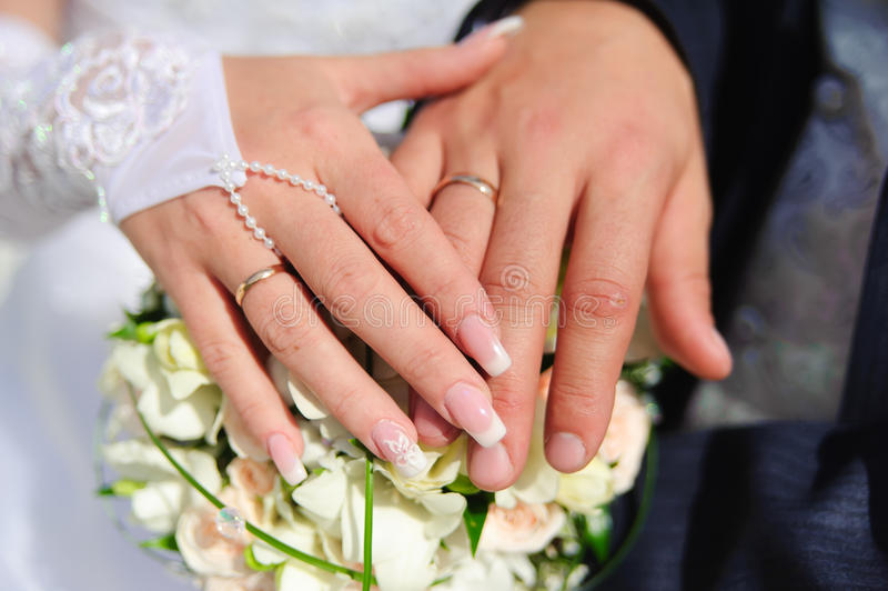 Manos de los recienes casados foto de archivo imagen de anillo alineada 17705458 - Anillo de casado mano ...