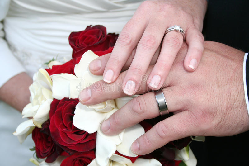 Manos de novia y del novio imagenes de archivo
