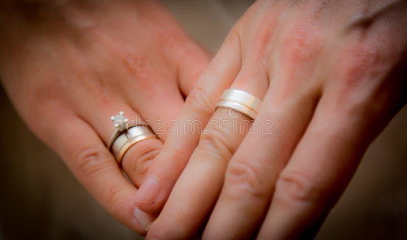 Manos de novia y del novio, anillos imágenes de archivo libres de regalías