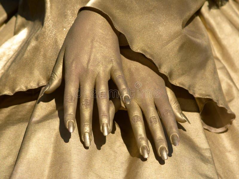 Manos de oro de mujeres fotos de archivo