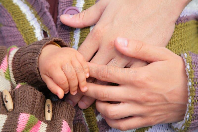 Manos De Padres Y Del Niño Foto de archivo libre de regalías