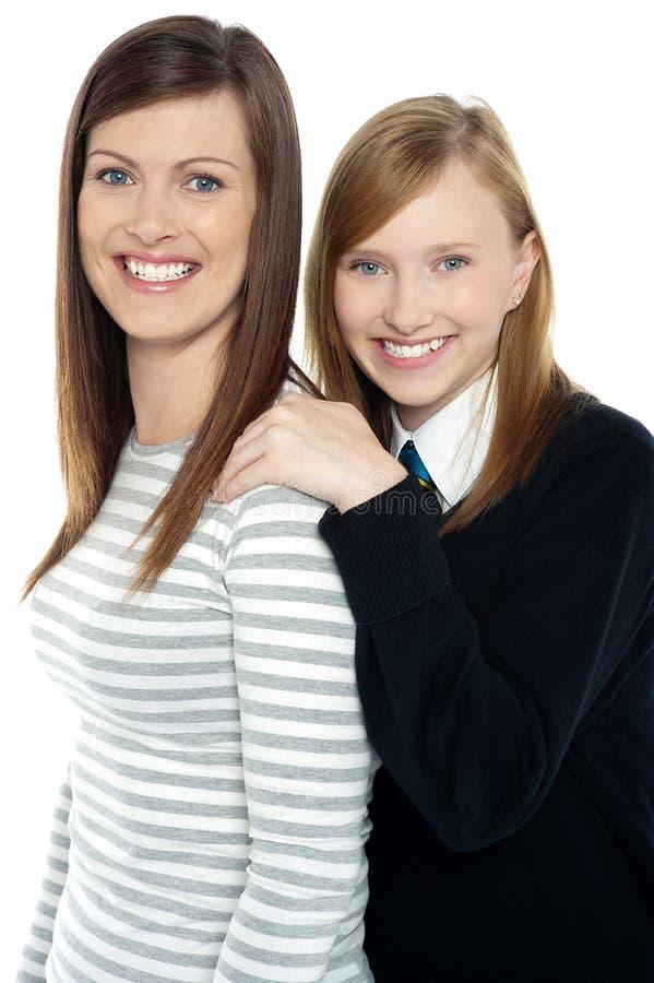 Manos de reclinación de la hija en hombros de las madres imagenes de archivo