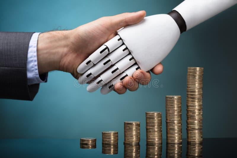 Manos de And Robot Shaking del empresario imagen de archivo