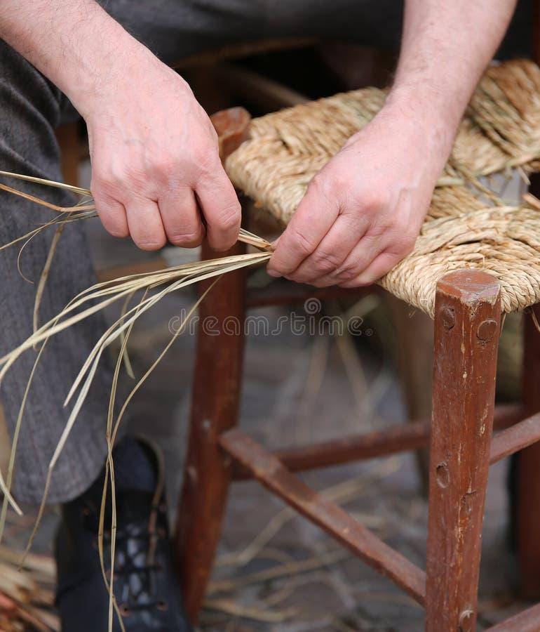 manos de un más viejo reparador de sillas a lo largo de la calle fotos de archivo libres de regalías