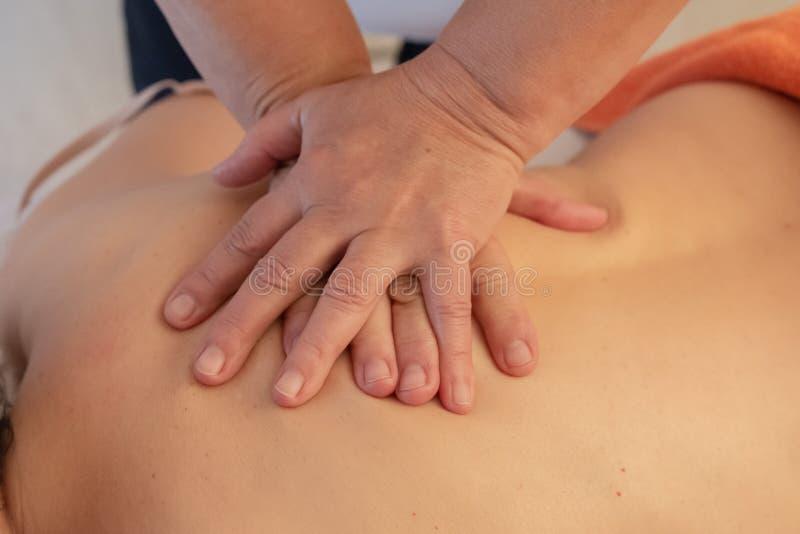 Manos de un masajista imagen de archivo libre de regalías