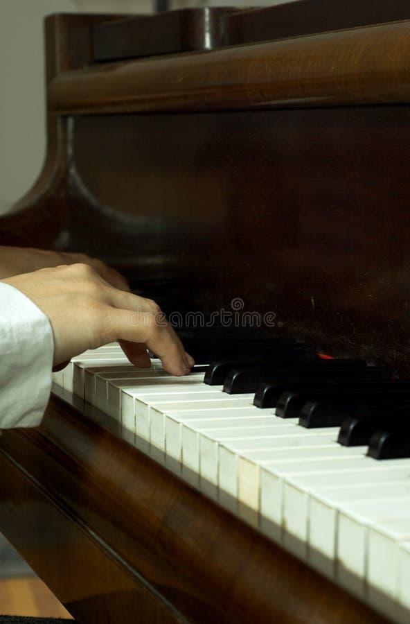 Manos de un pianista en el piano foto de archivo libre de regalías