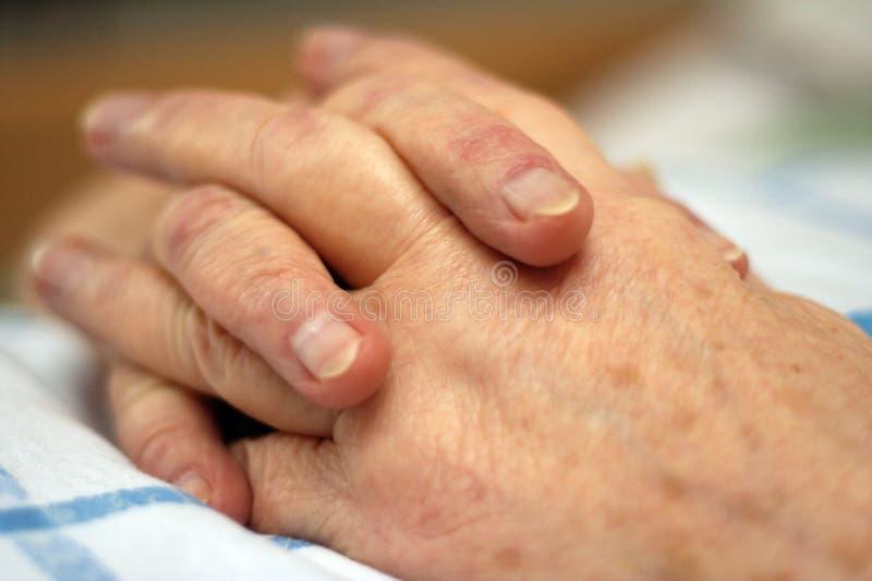 Manos de una persona cuidado-dependiente fotos de archivo