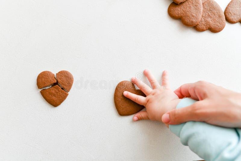 Manos del bebé, corazón frágil, atención sanitaria, amor y concepto de familia, día del corazón del mundo foto de archivo libre de regalías