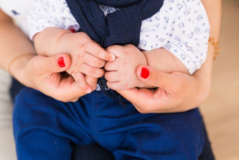 Manos del bebé de la familia Madre que celebra al niño recién nacido Primer de la mano del niño en padres fotos de archivo libres de regalías