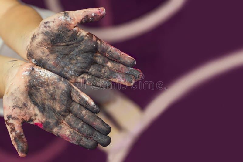 Manos del bebé manchadas con la pintura Pintado en manos de la piel Concepto creativo fotos de archivo