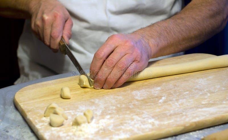 Manos del cocinero fotos de archivo