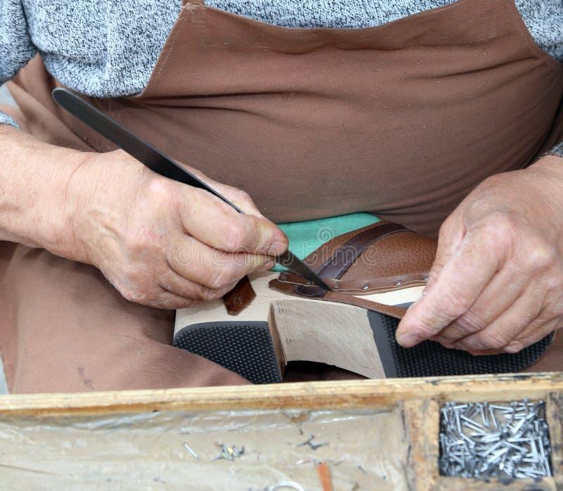 Manos del cordwainer en el taller fotos de archivo