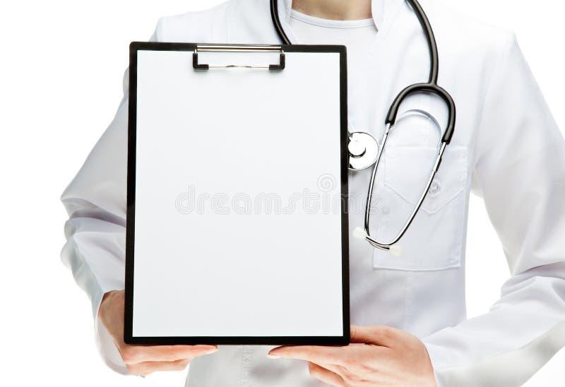 Manos del doctor que sostienen el sujetapapeles con el papel fotografía de archivo libre de regalías