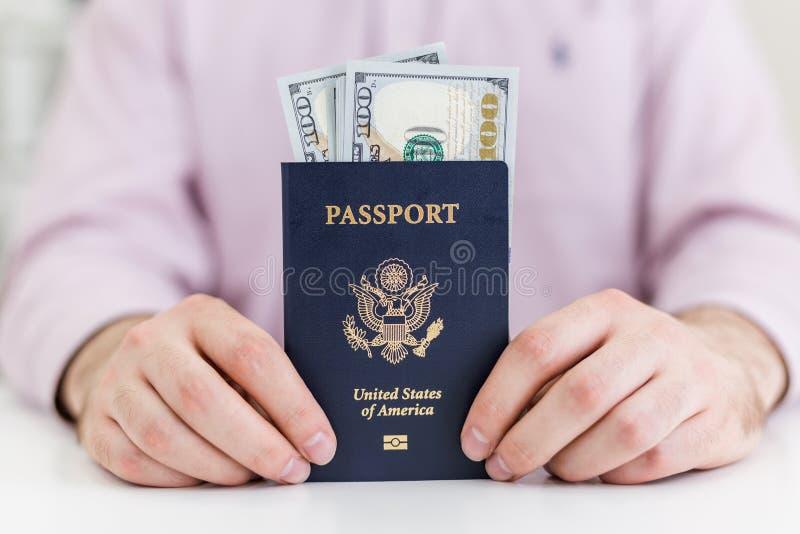 Manos del hombre de negocios con el pasaporte imagen de archivo libre de regalías