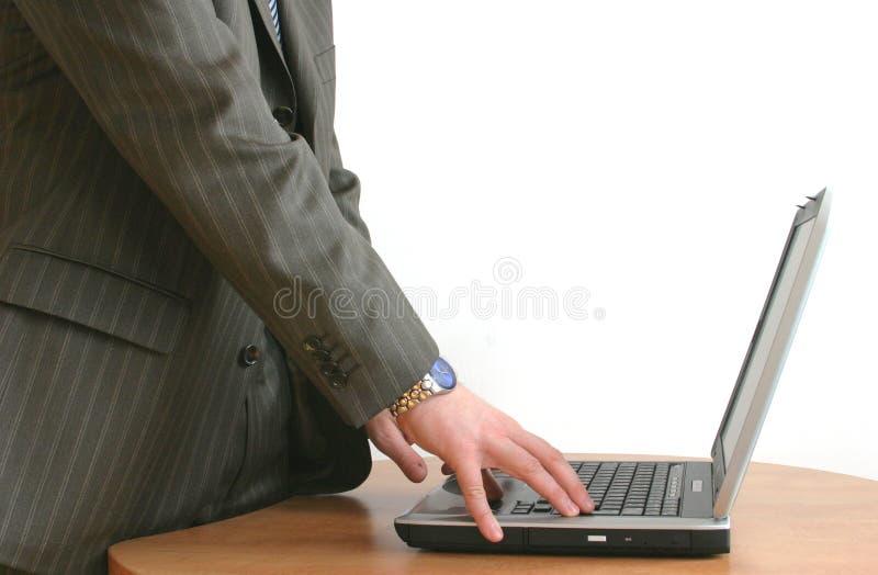 Manos del hombre de negocios en la computadora portátil imágenes de archivo libres de regalías