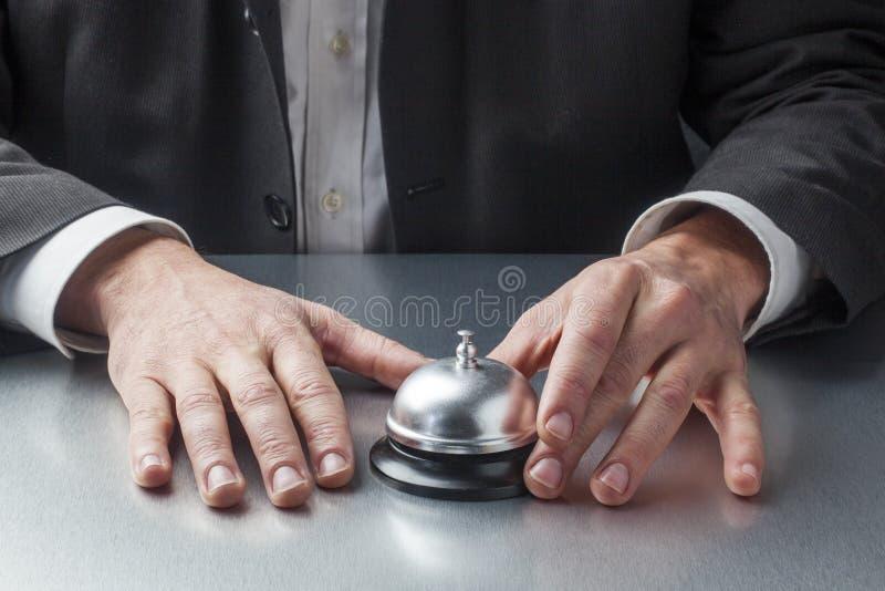 Manos del hombre de negocios que esperan en la recepción foto de archivo