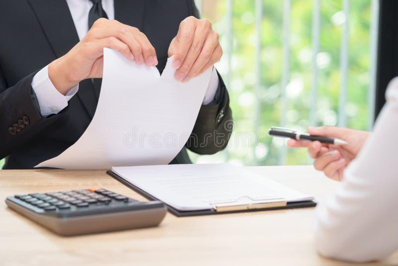 Manos del hombre de negocios que rasgan el papel del acuerdo cuando mujer que da a imagenes de archivo
