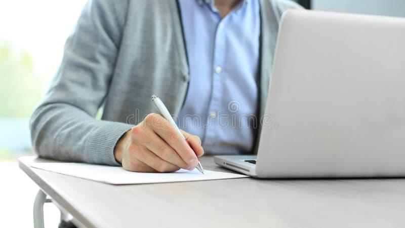 Manos del hombre de negocios que señalan en el documento de negocio primer imagenes de archivo