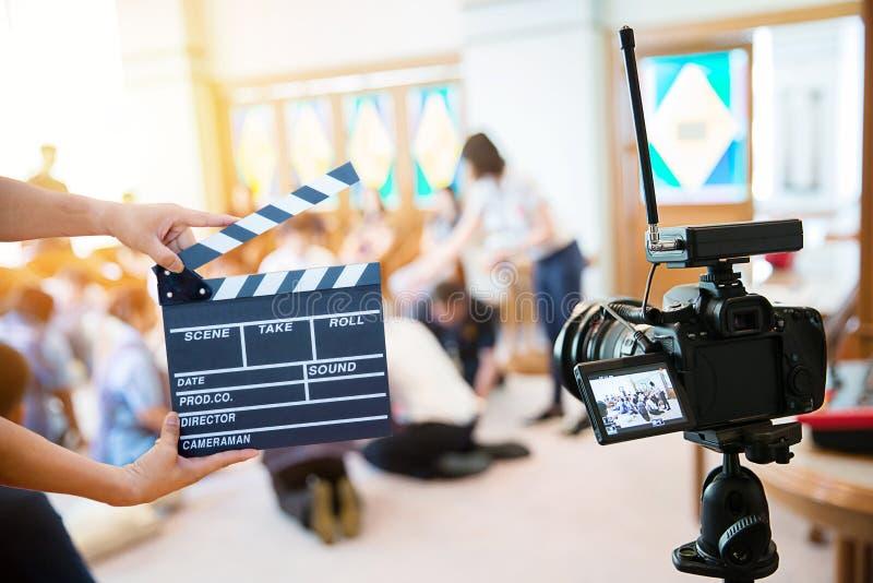 Manos del hombre que sostienen la chapaleta de la película Concepto del director de cine movimiento de la captura de la imagen de imágenes de archivo libres de regalías
