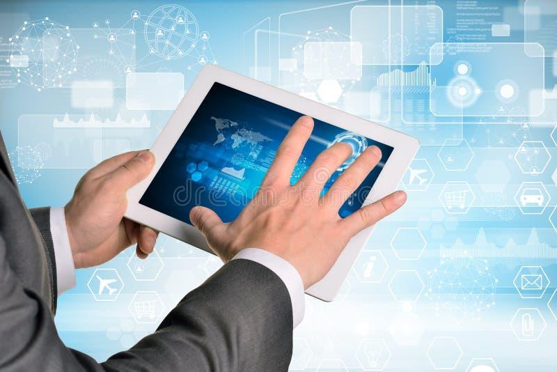 Manos del hombre usando la PC de la tableta Imagen del negocio fotografía de archivo libre de regalías