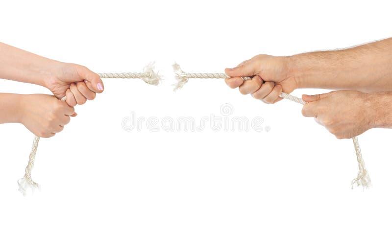 Manos del hombre y de la mujer con la fractura de la cuerda imagen de archivo