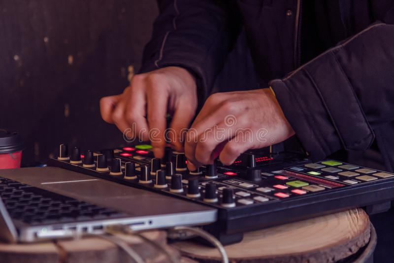 Manos del ingeniero de sonido que trabajan en mezclador de sonidos fotografía de archivo libre de regalías