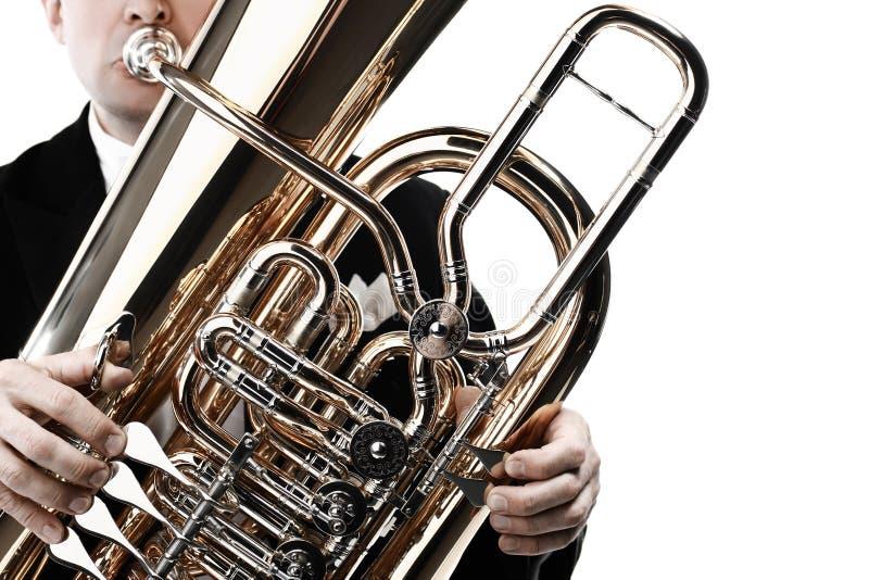 Manos del jugador de la tuba con el primer del instrumento fotos de archivo