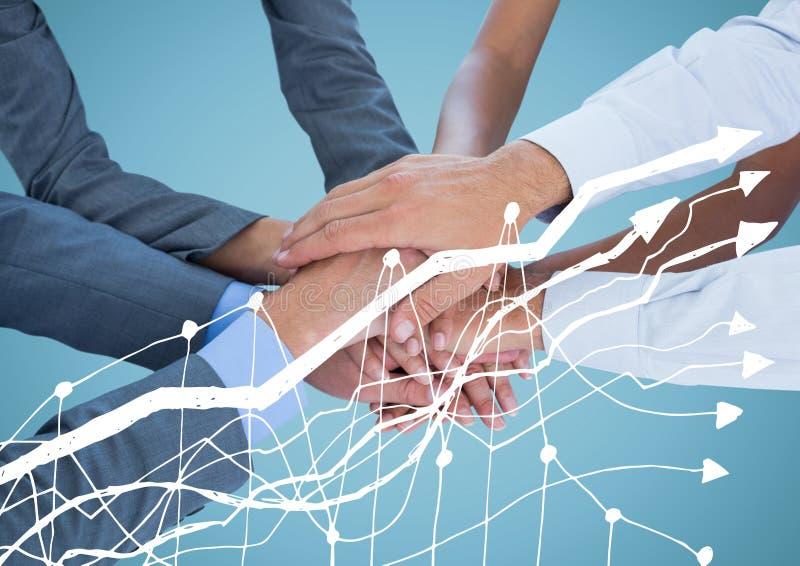 Manos del negocio junto detrás del gráfico blanco y contra fondo azul imagen de archivo