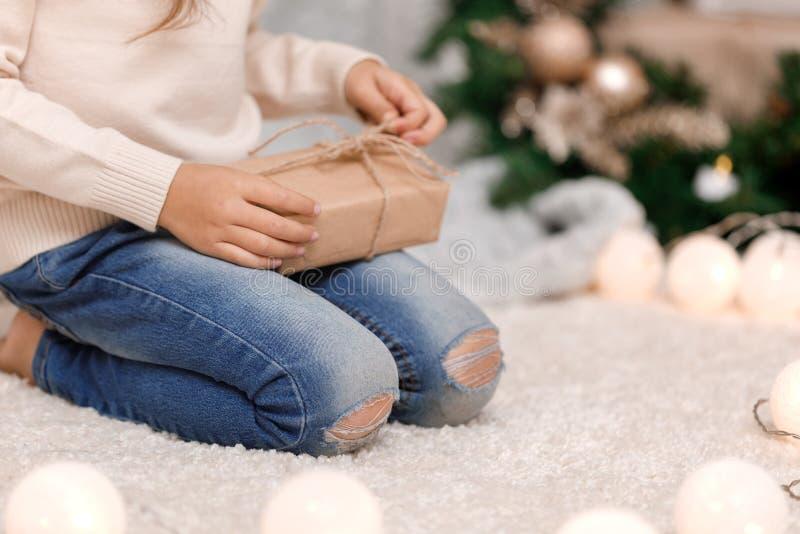 Manos del niño que sostienen la caja de regalo rosada hermosa fotos de archivo libres de regalías